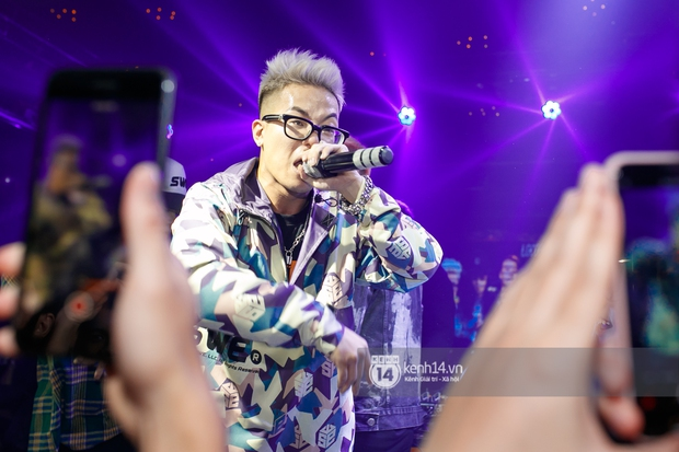 MCK - Tlinh rải cẩu lương từ hậu trường lên sân khấu, Gonzo bất ngờ xuất hiện để cổ vũ dàn thí sinh Rap Việt và King Of Rap - Ảnh 7.