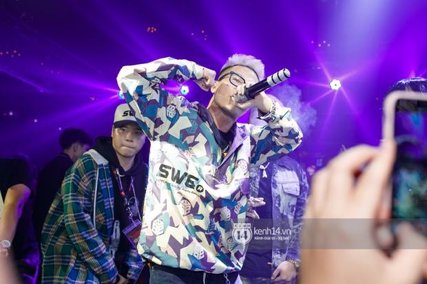 MCK - Tlinh rải cẩu lương từ hậu trường lên sân khấu, Gonzo bất ngờ xuất hiện để cổ vũ dàn thí sinh Rap Việt và King Of Rap - Ảnh 6.
