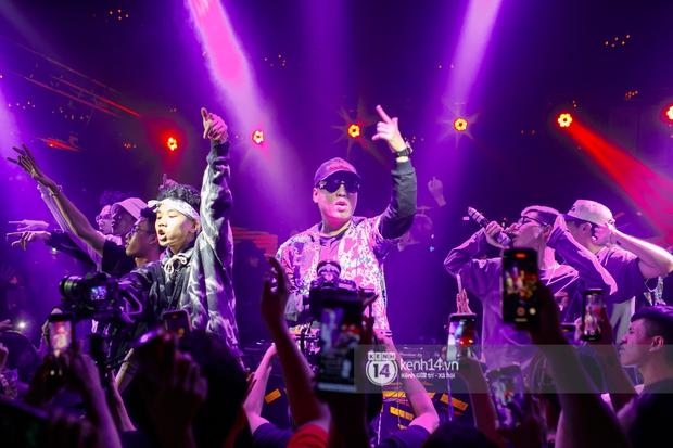 MCK - Tlinh rải cẩu lương từ hậu trường lên sân khấu, Gonzo bất ngờ xuất hiện để cổ vũ dàn thí sinh Rap Việt và King Of Rap - Ảnh 21.