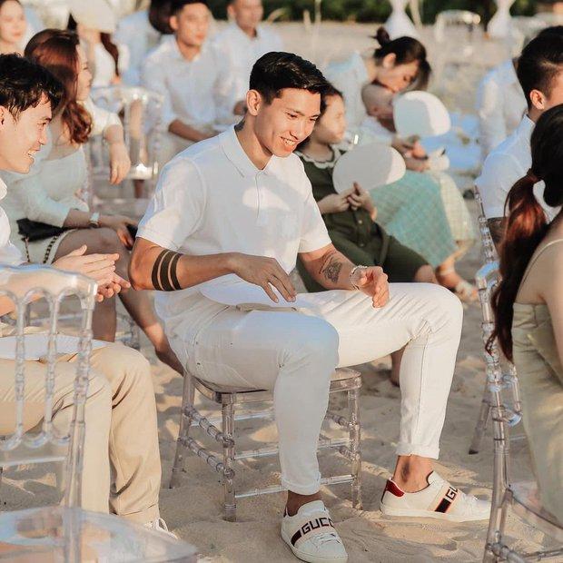 Giữa tin đồn hẹn hò Doãn Hải My, Văn Hậu đăng ảnh ở đám cưới Công Phượng, tiện khoe luôn visual đỉnh của chóp - Ảnh 2.