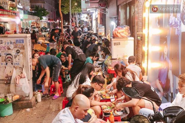 """""""Thâm cung bí sử"""" 2 hàng bánh mì chảo hot nhất giữa trung tâm Sài Gòn, khách đến lần đầu 90% đều không nhận ra đâu mới là bản gốc? - Ảnh 1."""
