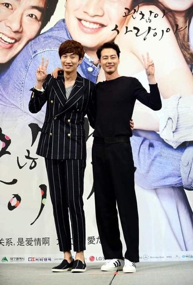 Cả Kbiz bỗng bé lại khi Lee Kwang Soo xuất hiện: Song Joong Ki, D.O. (EXO) bị dìm thê thảm, Park Bo Young đi guốc cả tấc vẫn... tí hon - Ảnh 6.