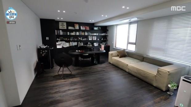 Kai (EXO) có nhà riêng sau 10 năm ở ký túc xá: Nội thất tối giản với 2 màu trắng - đen, sofa hơn 1,3 tỷ - Ảnh 6.