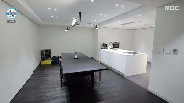 Kai (EXO) có nhà riêng sau 10 năm ở ký túc xá: Nội thất tối giản với 2 màu trắng - đen, sofa hơn 1,3 tỷ - Ảnh 3.
