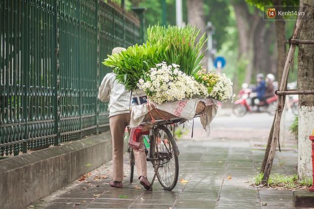 Hà Nội những ngày này, có những chiếc xe gói trọn mùa thu rong ruổi khắp phố phường - Ảnh 5.