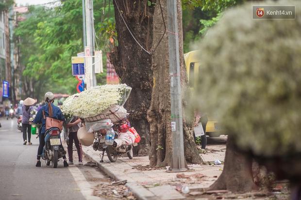 Hà Nội những ngày này, có những chiếc xe gói trọn mùa thu rong ruổi khắp phố phường - Ảnh 6.