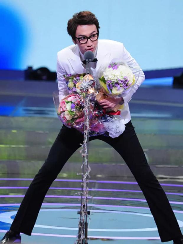 Cả Kbiz bỗng bé lại khi Lee Kwang Soo xuất hiện: Song Joong Ki, D.O. (EXO) bị dìm thê thảm, Park Bo Young đi guốc cả tấc vẫn... tí hon - Ảnh 8.
