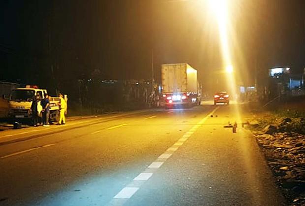 Ô tô kéo lê xe đạp điện trên quốc lộ, nam sinh tử vong  - Ảnh 1.
