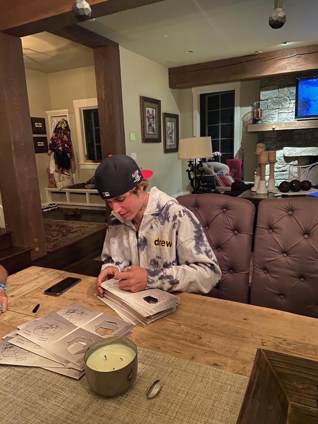 Fan phẫn nộ khi đợi chờ hơn 6 tháng CD Stuck With U mới đến tay, nhưng chữ ký của Ariana Grande và Justin Bieber đều là giả? - Ảnh 5.