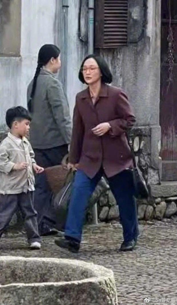 Chị đẹp Châu Tấn để tóc vén rèm lộ cả trán, diện nguyên set đồ chuẩn style bà dì thôn quê ở phim mới - Ảnh 3.