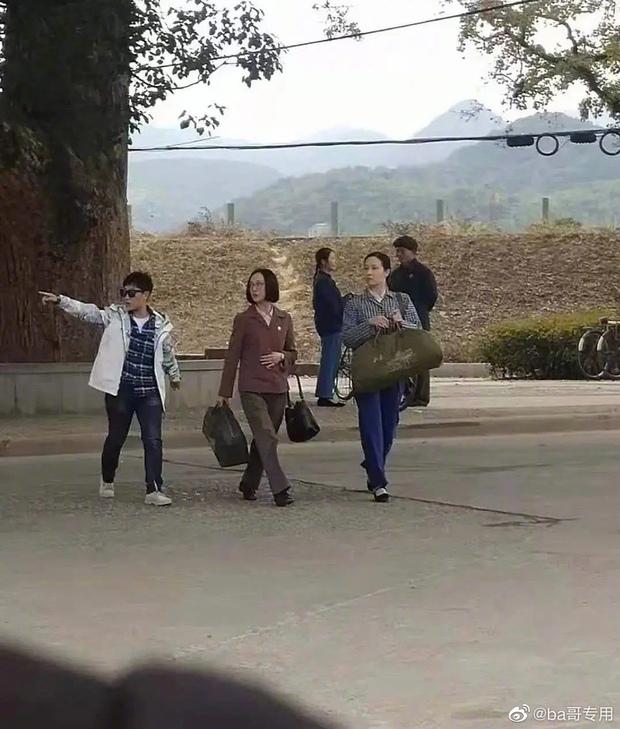 Chị đẹp Châu Tấn để tóc vén rèm lộ cả trán, diện nguyên set đồ chuẩn style bà dì thôn quê ở phim mới - Ảnh 5.