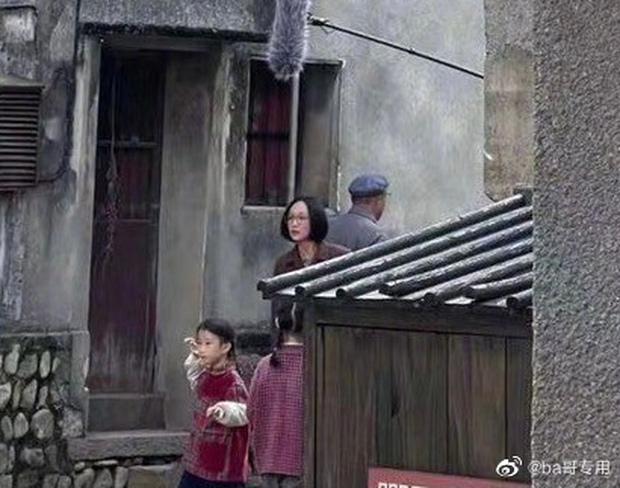Chị đẹp Châu Tấn để tóc vén rèm lộ cả trán, diện nguyên set đồ chuẩn style bà dì thôn quê ở phim mới - Ảnh 1.