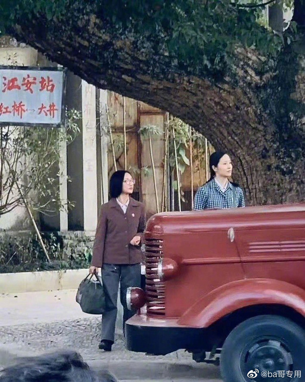 Chị đẹp Châu Tấn để tóc vén rèm lộ cả trán, diện nguyên set đồ chuẩn style bà dì thôn quê ở phim mới - Ảnh 6.