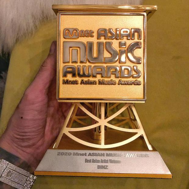 Binz bất ngờ khoe cúp đạt giải Best Asian Artist Vietnam tại MAMA 2020 nhưng lập tức phải xoá vội vì ăn mừng hơi sớm? - Ảnh 1.