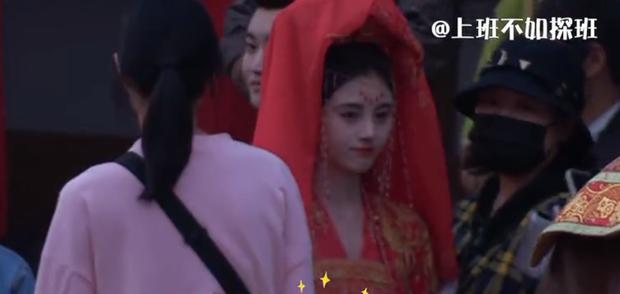Như Ý Phương Phi chưa hết, Cúc Tịnh Y đã bị anh đẹp khác bế đi cưới gấp ở hậu trường phim mới - Ảnh 3.