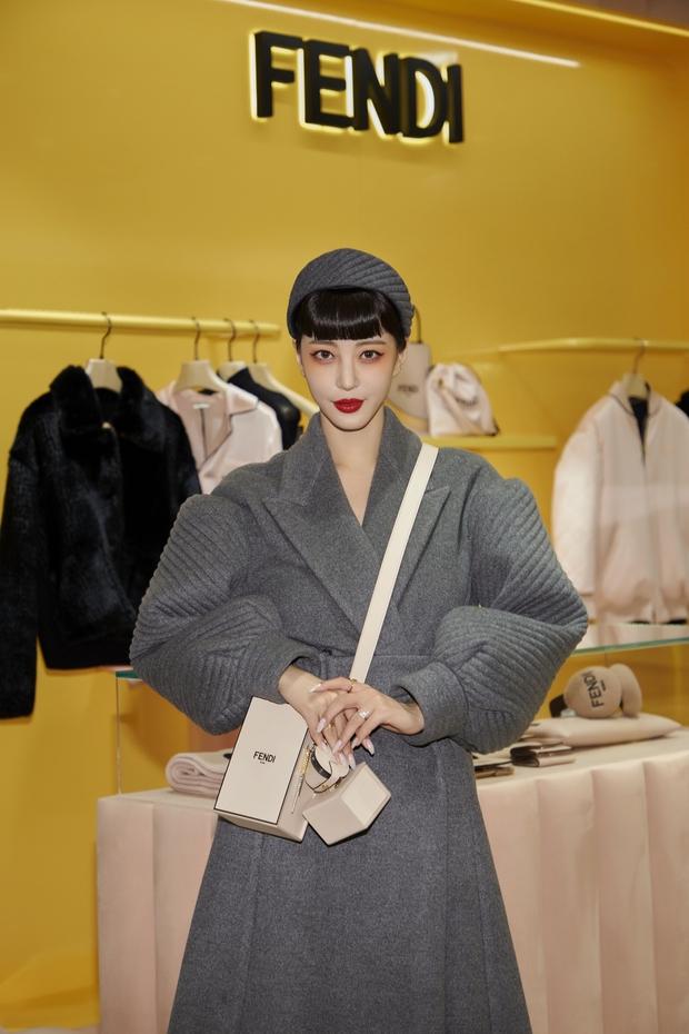 Bộ đôi đi sự kiện chặt chém nhất xứ Hàn: Lee Dong Wook - Han Ye Seul ăn mặc dị hết cỡ, ai dè gây sốt vì đẹp như ma cà rồng - Ảnh 7.