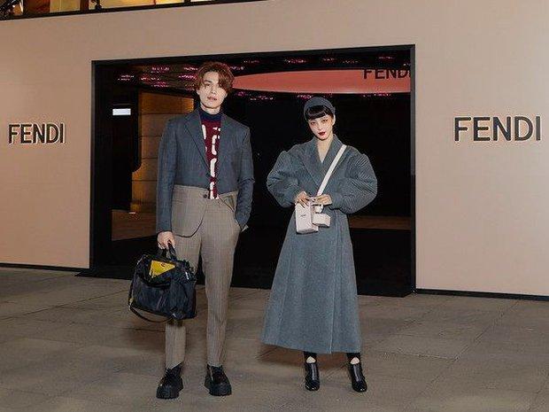Bộ đôi đi sự kiện chặt chém nhất xứ Hàn: Lee Dong Wook - Han Ye Seul ăn mặc dị hết cỡ, ai dè gây sốt vì đẹp như ma cà rồng - Ảnh 4.