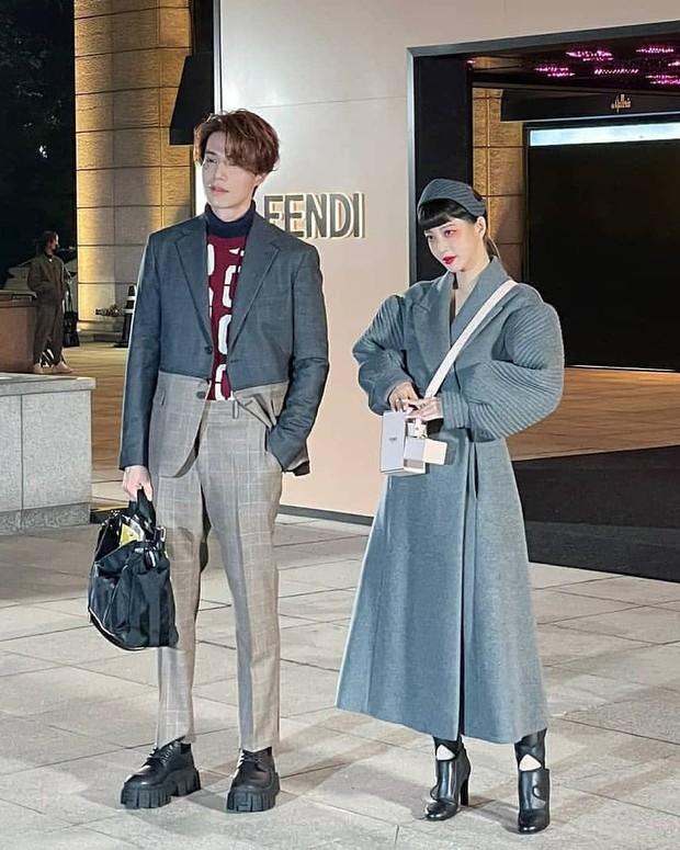 Bộ đôi đi sự kiện chặt chém nhất xứ Hàn: Lee Dong Wook - Han Ye Seul ăn mặc dị hết cỡ, ai dè gây sốt vì đẹp như ma cà rồng - Ảnh 5.
