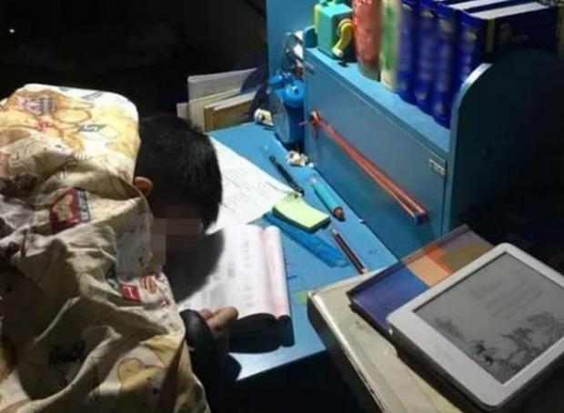 Con trai học từ sáng tới 23h chưa được nghỉ, cậu xin mẹ ngủ 5 phút và mãi mãi không tỉnh dậy - Ảnh 2.