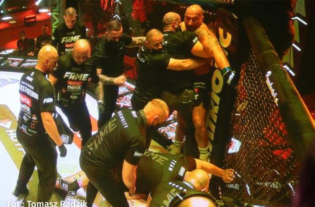 Đang thi đấu bỗng quên luật, võ sĩ kỳ cựu nhanh chóng bị xử thua và cái kết thượng cẳng chân, hạ cẳng tay sau đó - Ảnh 3.