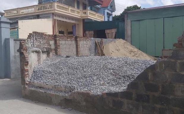 Thái Bình: Trên đường đi học về, học sinh lớp 6 bất ngờ bị tường bao đổ sập đè tử vong thương tâm - Ảnh 1.