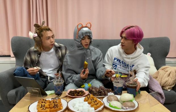Hendery (NCT) sốc khi biết người Hàn ăn khoai lang với kim chi, còn bị thành viên cùng nhóm dụ ăn thử cực nhiệt tình - Ảnh 1.