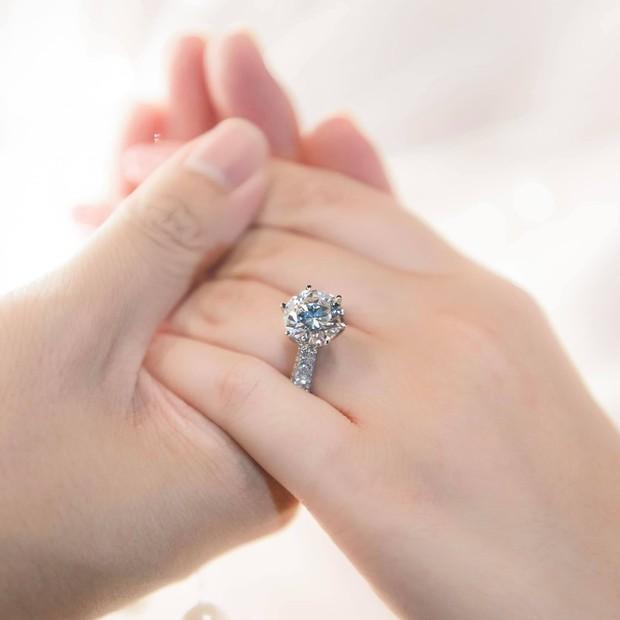 Phan Thành tung ảnh nhẫn kim cương to đùng, chính thức xác nhận tin ăn hỏi! - Ảnh 1.
