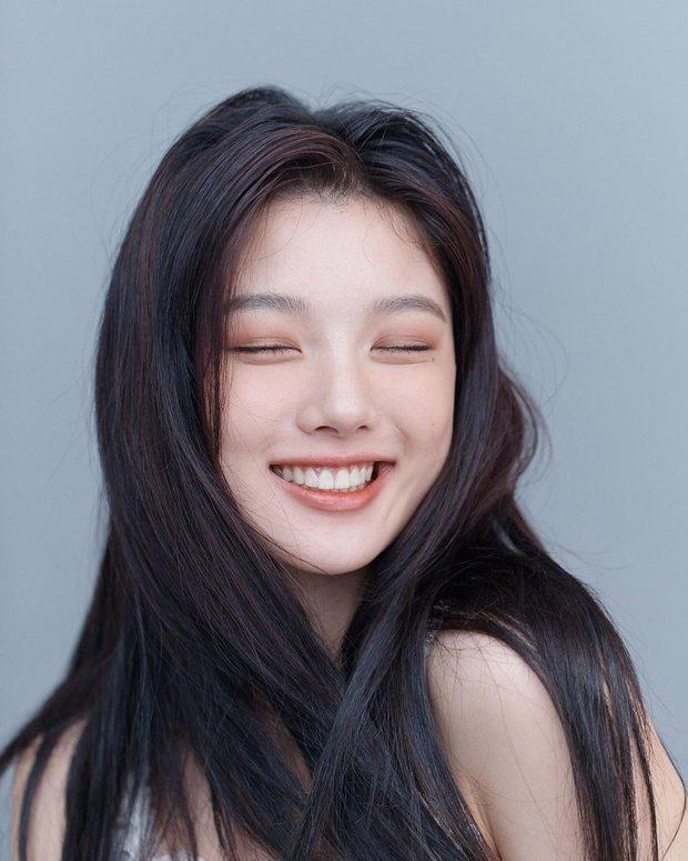 Về chung nhà với Park Seo Joon, sao nhí Mặt Trăng Ôm Mặt Trời gây choáng với bộ ảnh mới: Từ nay hãy gọi Kim Yoo Jung là nữ thần! - Ảnh 4.
