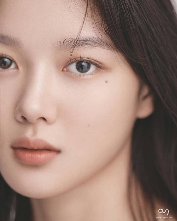 Về chung nhà với Park Seo Joon, sao nhí Mặt Trăng Ôm Mặt Trời gây choáng với bộ ảnh mới: Từ nay hãy gọi Kim Yoo Jung là nữ thần! - Ảnh 6.