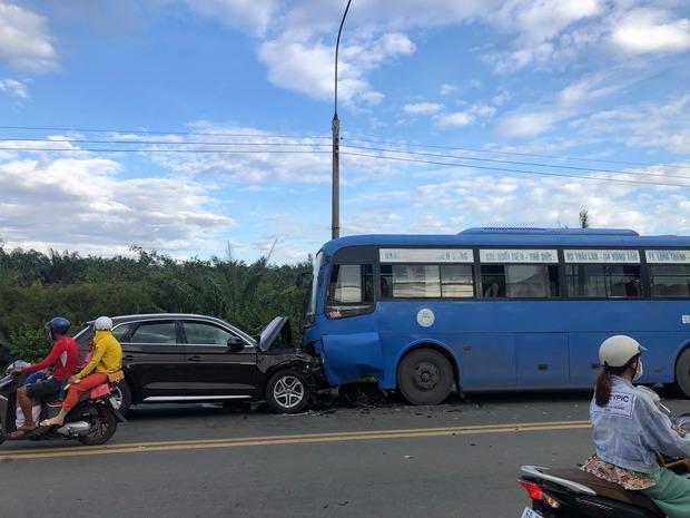 Đồng Nai: Xế hộp Audi nát đầu khi tông trực diện xe buýt, nhiều hàng khách la hét kêu cứu - Ảnh 1.