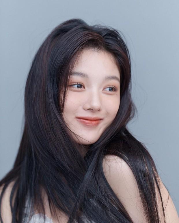 Về chung nhà với Park Seo Joon, sao nhí Mặt Trăng Ôm Mặt Trời gây choáng với bộ ảnh mới: Từ nay hãy gọi Kim Yoo Jung là nữ thần! - Ảnh 3.