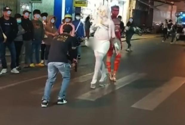 Xác minh 2 người đàn ông ăn mặc phản cảm, uốn éo gây náo loạn phố đi bộ ở Đà Lạt - Ảnh 1.