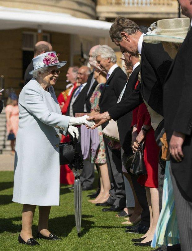 Những quy tắc mà đến cả các ngôi sao nổi tiếng cũng phải tuân thủ nếu muốn diện kiến Nữ hoàng Anh, file đính kèm còn khổ sở hơn  - Ảnh 5.