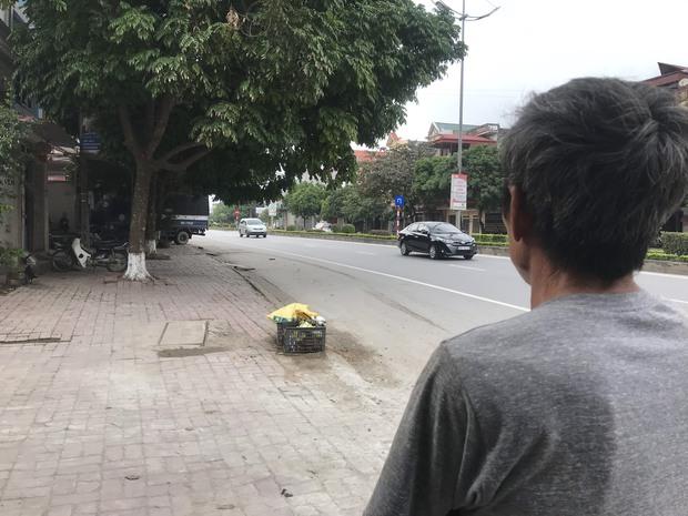 Nhân chứng kể lại thời điểm thanh tra Sở GTVT lái ô tô ngược chiều, tông nữ lao công tử vong: Lúc ấy cảnh tượng thương tâm lắm, ô tô đẩy xe máy hàng chục mét mới dừng lại - Ảnh 4.