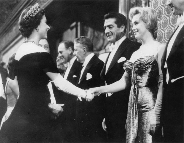 Những quy tắc mà đến cả các ngôi sao nổi tiếng cũng phải tuân thủ nếu muốn diện kiến Nữ hoàng Anh, file đính kèm còn khổ sở hơn  - Ảnh 7.