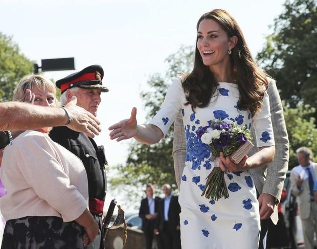 Những quy tắc mà đến cả các ngôi sao nổi tiếng cũng phải tuân thủ nếu muốn diện kiến Nữ hoàng Anh, file đính kèm còn khổ sở hơn  - Ảnh 3.