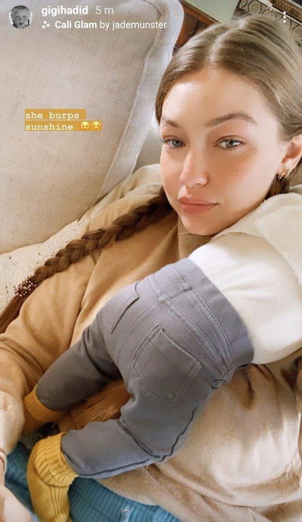 Gigi Hadid khoe ảnh địu con cực yêu, nhưng dân tình chỉ dán mắt vào mặt mộc 100% của nàng mẫu hot nhất Hollywood - Ảnh 3.