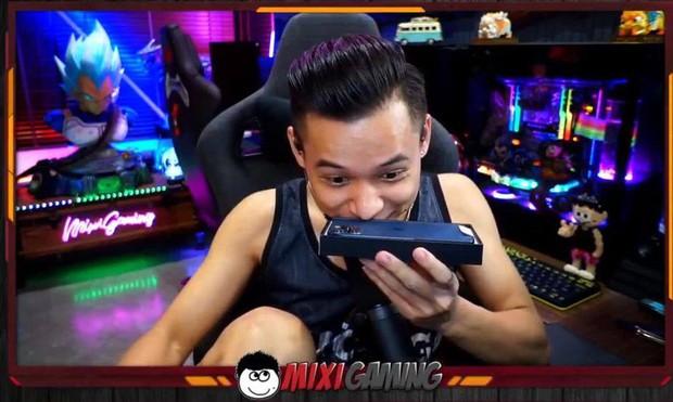 Độ Mixi bóc tem iPhone 12 Pro Max, dân mạng cười ngất ngưởng với biểu cảm khó đỡ của tộc trưởng - Ảnh 6.