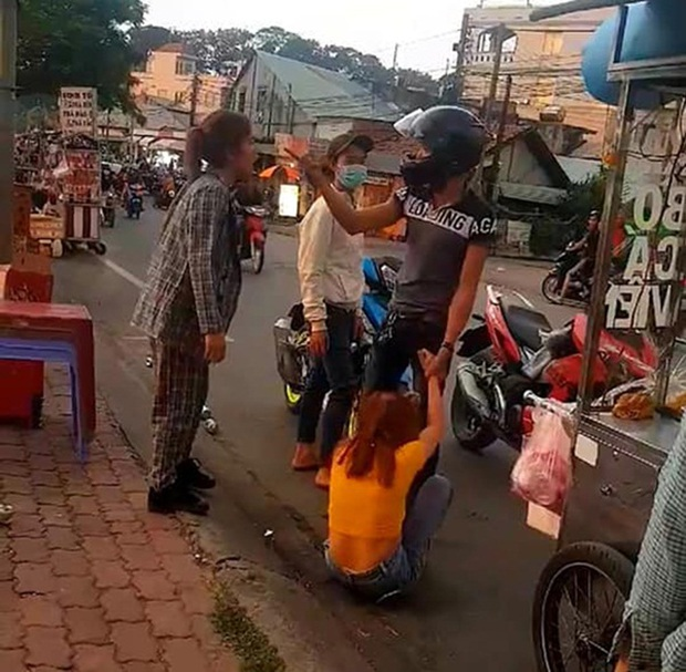 Clip: Thanh niên giằng co với bạn gái giữa đường rồi thẳng tay tát luôn người can ngăn, màn xử đẹp của người đi đường khiến dân mạng đồng tình - Ảnh 3.