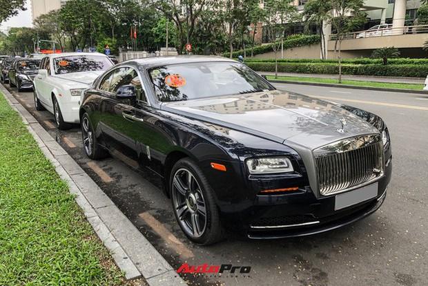 HOT: Loạt xe khủng đưa dâu trong đám hỏi Phan Thành, chú rể cầm lái Rolls-Royce Wraith 34 tỷ đồng - Ảnh 1.