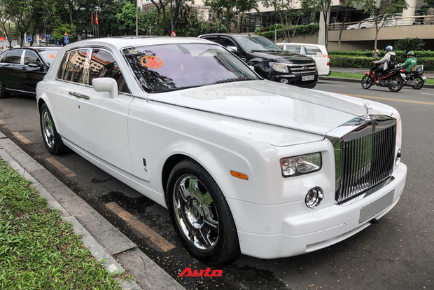 HOT: Loạt xe khủng đưa dâu trong đám hỏi Phan Thành, chú rể cầm lái Rolls-Royce Wraith 34 tỷ đồng - Ảnh 2.