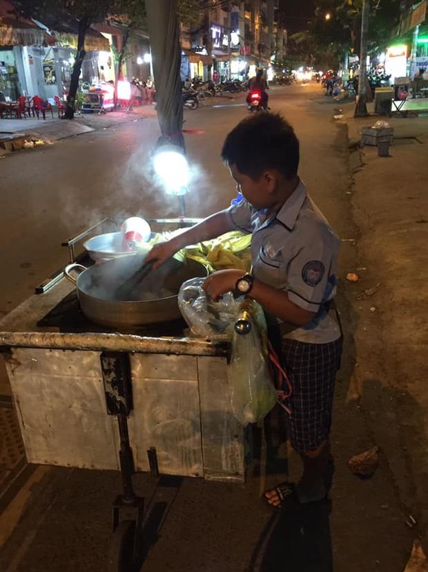 Cậu bé mặc áo đồng phục bán bắp luộc trên đường phố Sài Gòn đã đi học được 1 tuần - Ảnh 1.