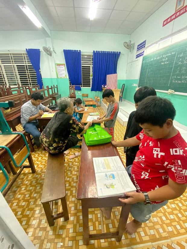 Cậu bé mặc áo đồng phục bán bắp luộc trên đường phố Sài Gòn đã đi học được 1 tuần - Ảnh 2.