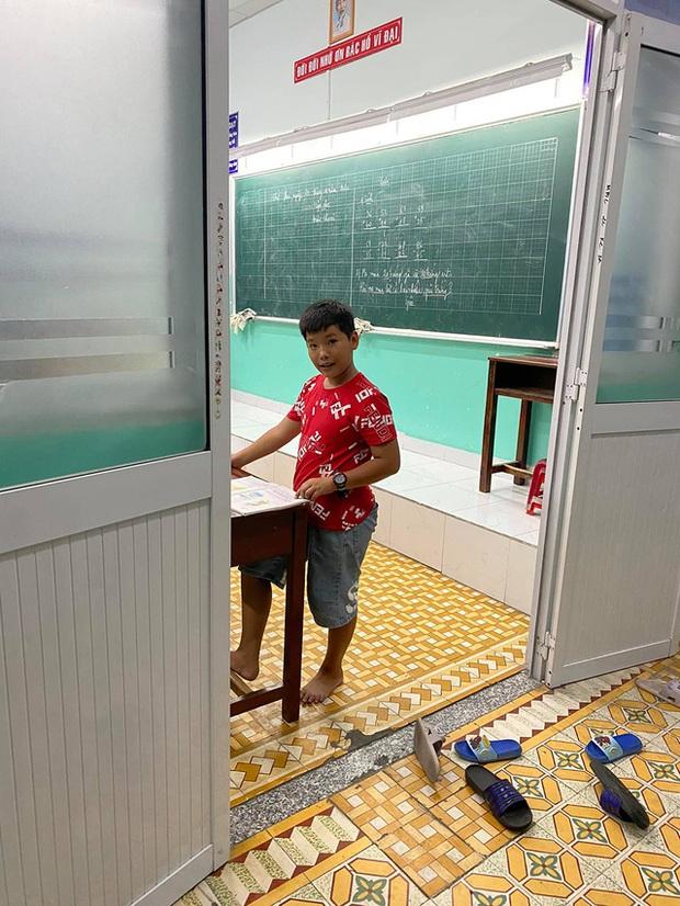 Cậu bé mặc áo đồng phục bán bắp luộc trên đường phố Sài Gòn đã đi học được 1 tuần - Ảnh 3.