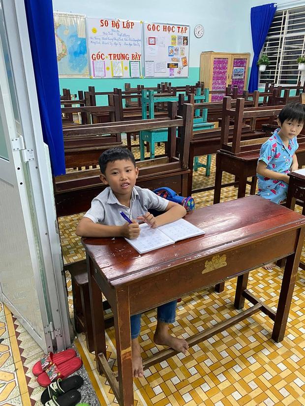 Cậu bé mặc áo đồng phục bán bắp luộc trên đường phố Sài Gòn đã đi học được 1 tuần - Ảnh 4.