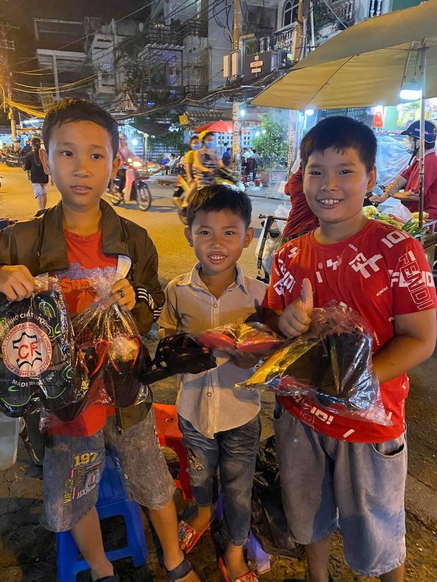 Cậu bé mặc áo đồng phục bán bắp luộc trên đường phố Sài Gòn đã đi học được 1 tuần - Ảnh 5.