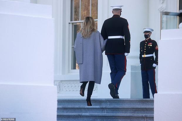 Đệ nhất phu nhân Mỹ vừa lộ diện đã chiếm spotlight với thần thái hơn người, tiếp tục gây chú ý bởi hành động đặc biệt - Ảnh 9.