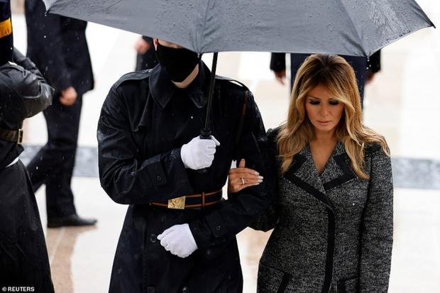 Đệ nhất phu nhân Mỹ vừa lộ diện đã chiếm spotlight với thần thái hơn người, tiếp tục gây chú ý bởi hành động đặc biệt - Ảnh 10.