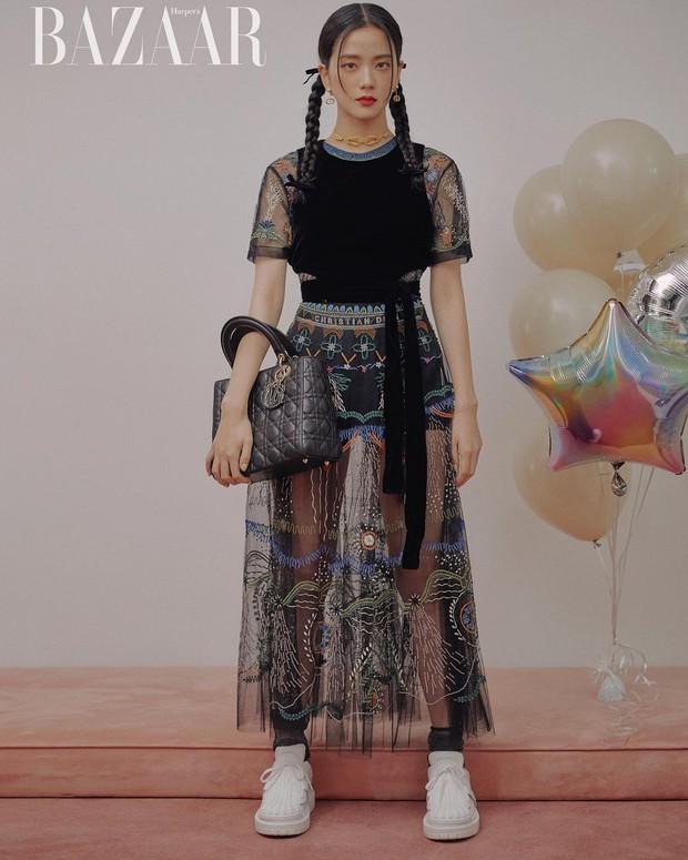 Hoa hậu Hàn Quốc Jisoo (BLACKPINK) gây sốt với bộ ảnh tạp chí mới, choáng hơn khi kéo đến ảnh hậu trường - Ảnh 6.