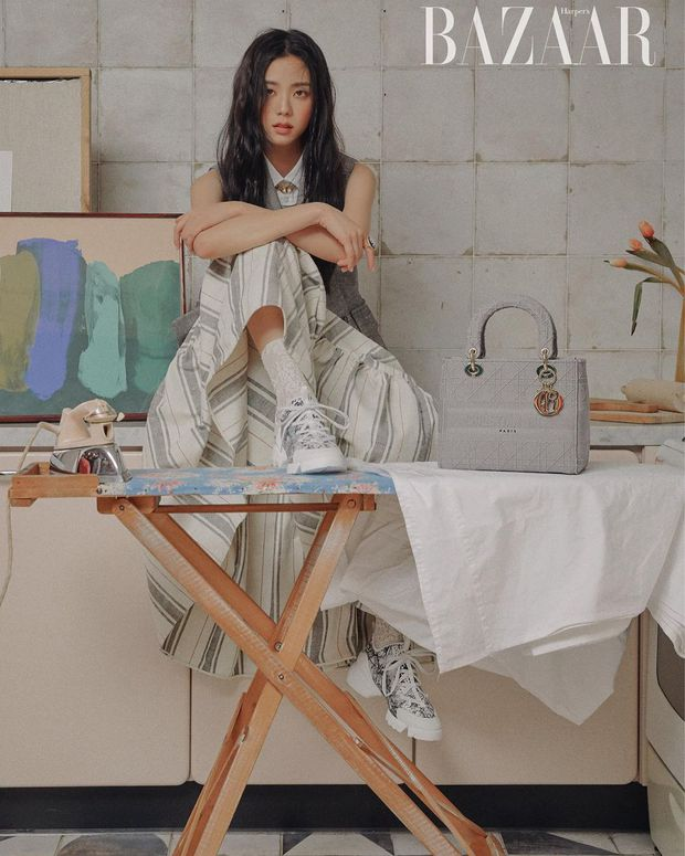 Hoa hậu Hàn Quốc Jisoo (BLACKPINK) gây sốt với bộ ảnh tạp chí mới, choáng hơn khi kéo đến ảnh hậu trường - Ảnh 4.